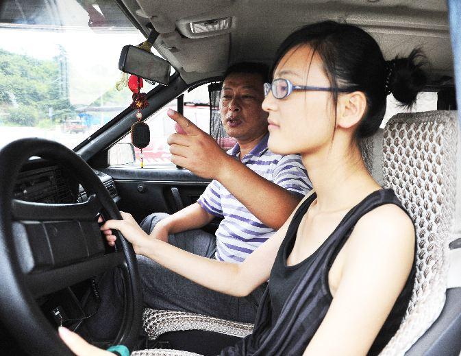 大学生在学车